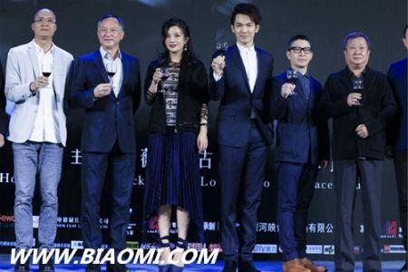 《三人行》发布会 赵薇佩戴积家约会系列新款腕表抢镜