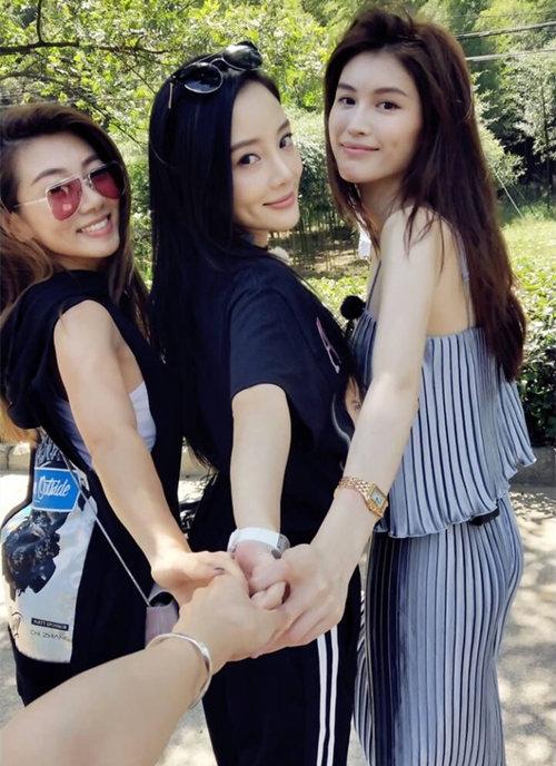 超模何穗与郑恺女朋友的闺蜜情 腕间装扮是这样的 热点动态 第4张