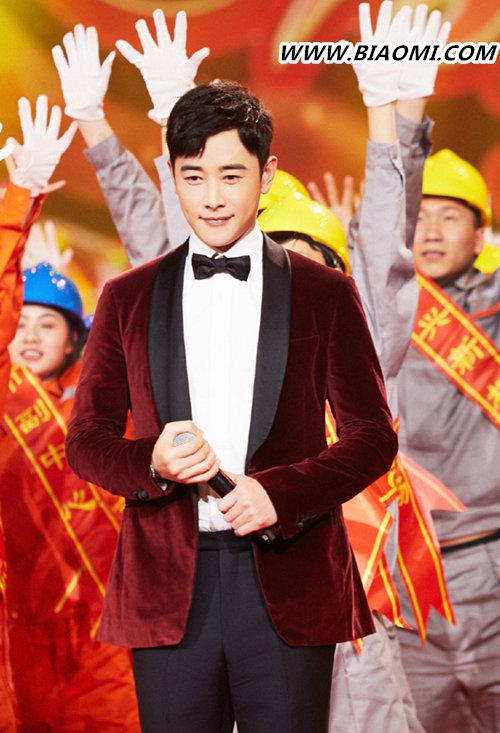罗晋身着红色西装现身北京卫视春晚录制现场 腕表是亮点? 热点动态 第1张